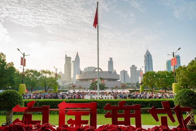 上海人民广场今晨隆重举行国庆升旗仪式-第1张
