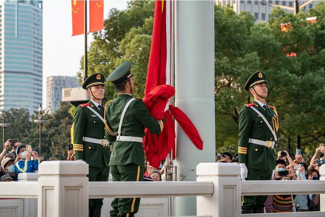 上海人民广场今晨隆重举行国庆升旗仪式-第2张
