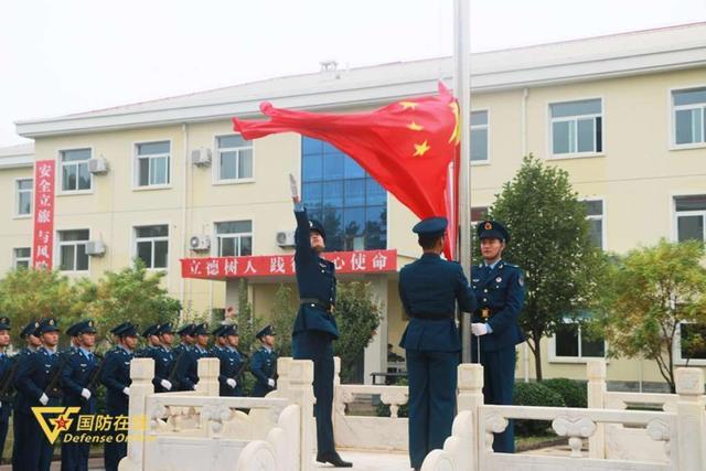 晨曦迎华诞!空军石家庄飞行学院某旅隆重举行升旗仪式-第3张
