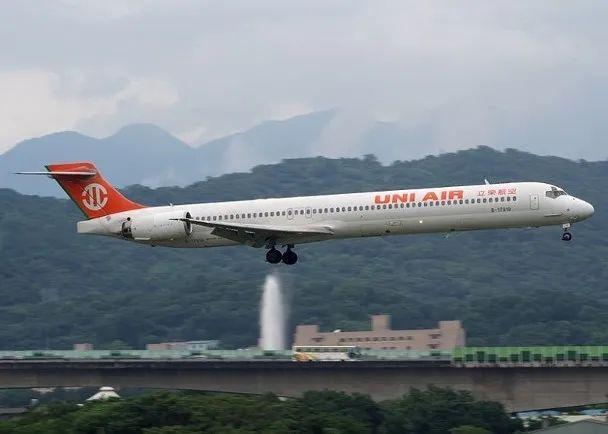 头一回!香港要求台军包机返航 全球新闻风头榜 第3张