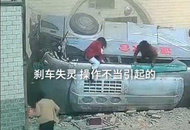 甘肃载30人大巴坠入农家院,监控记录恐怖一幕,官方通报来了