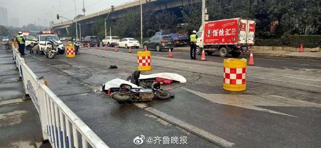 济南一电动车和大货车发生刮擦,事故造成2人当场死亡