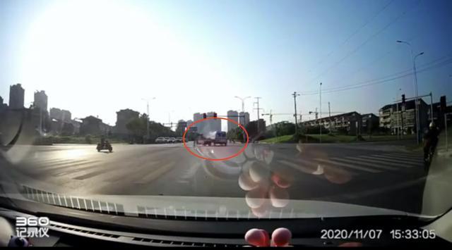 江西鹰潭一救护车运送病人途中与三轮车相撞,致1人死亡 全球新闻风头榜 第1张