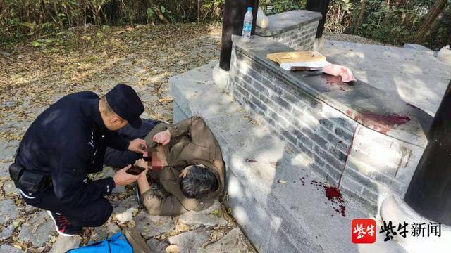 母亲离世男子悲痛难忍,竟在镇江南山剖腹自杀 全球新闻风头榜 第2张