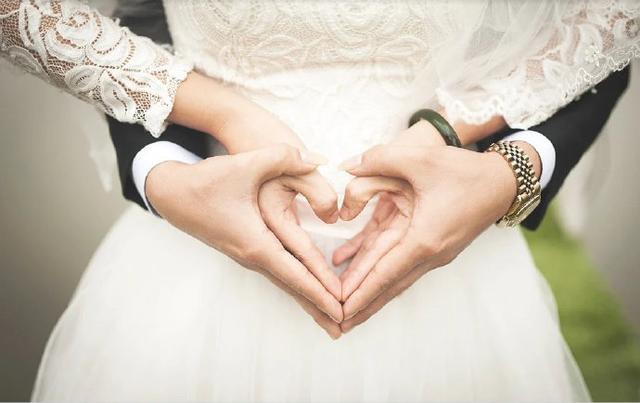男女因疫情婚礼没办成,之后离了婚,酒店方只同意6万定金退一半?