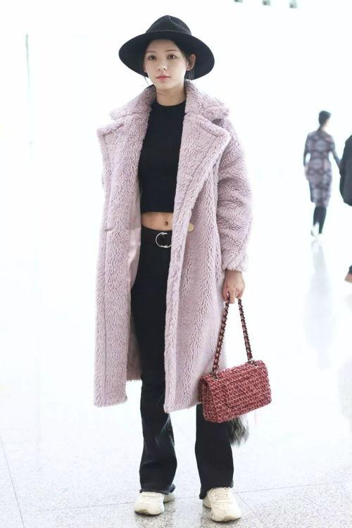 江疏影真会穿,羊羔毛外套内搭彩色针织衫保暖