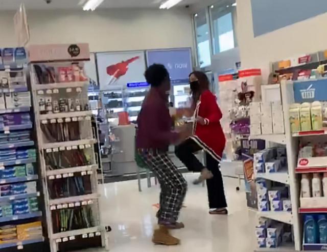 黑人女子不戴口罩,反倒威胁亚裔女店员:不要以为只有你懂武术,我也会