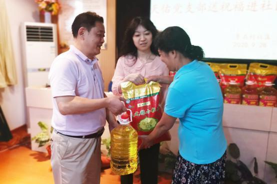 南京天佑兒童醫院黨支部雙節慰問青石村貧困家庭