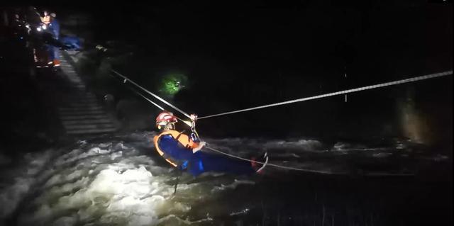 河南平顶山:突降暴雨河流涨水山上4名旅客被困,消防敏捷救济插图1