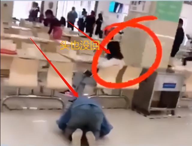 郑州某高校食堂内,男子当众下跪磕头给女友道歉,女生头也没回 全球新闻风头榜 第1张