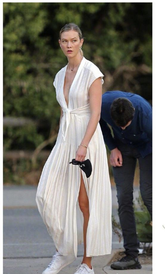 性感小KK又改风格了?纯白深V短裙好身材一览无余,反差感太强-第8张