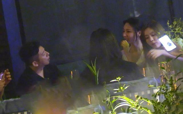 胡海泉夜会3女,酒吧被美女包围合不拢嘴,曾被曝隐婚儿女双全 全球新闻风头榜 第3张