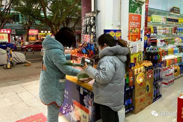 齐燕在给住户发社区团购的菜