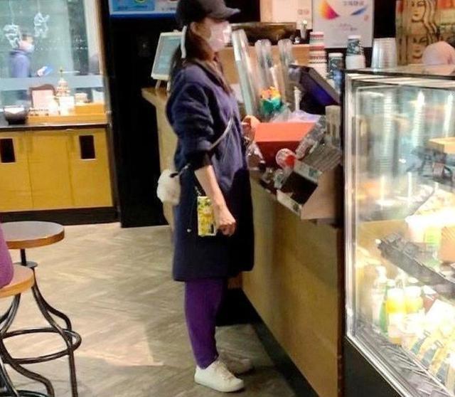 刘诗诗与吴奇隆带娃被偶遇?穿着朴素好臃肿,吴奇隆抱娃乖巧等待 全球新闻风头榜 第2张