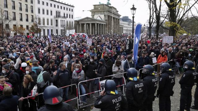 """""""默克尔必须走!""""德国爆发大规模抗议,民众冲击议会反防疫法案"""