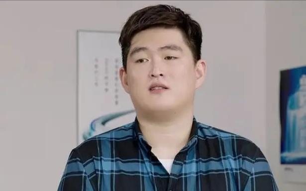 赵本山儿子罕见现身献唱,正脸很像大衣哥儿子,抽10元的便宜烟 全球新闻风头榜 第6张