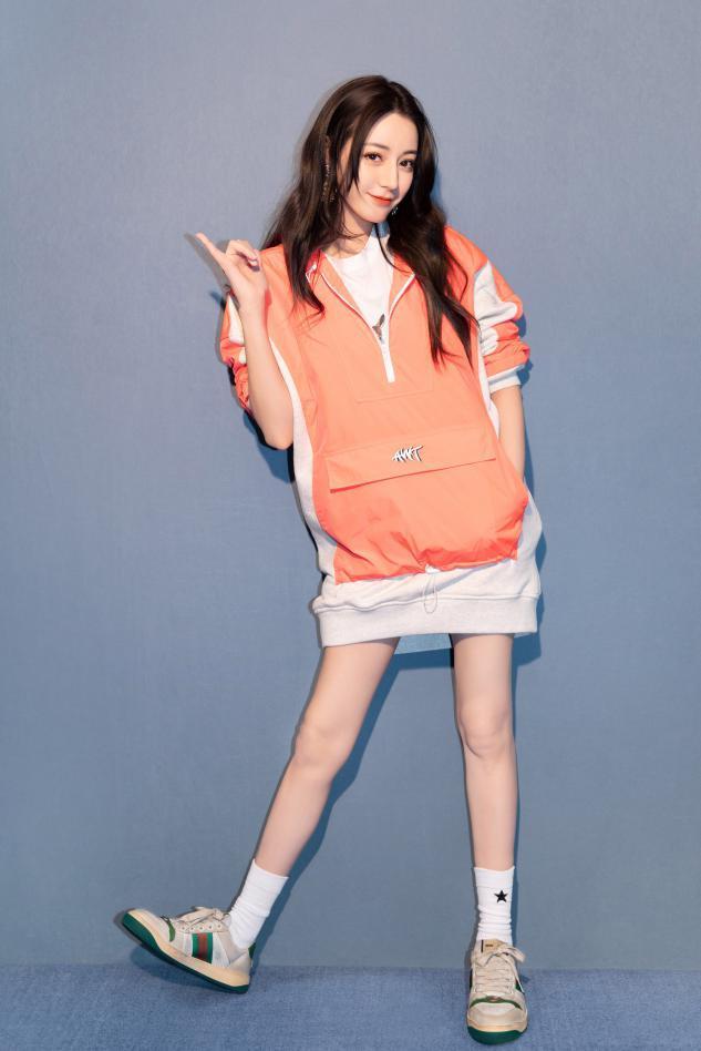 卫衣下面一定不要穿裤子,看看杨幂迪丽热巴,这样穿是有多美-第12张