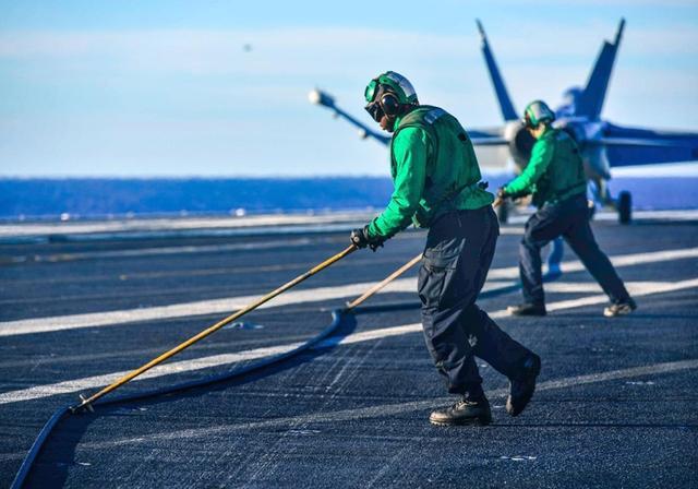 待遇比飞行员更高,航母上最特殊的兵种,每天必须与死亡搏斗-第2张