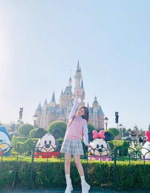 鞠婧祎玩转上海迪士尼游乐园,JK学生制服学生装,清纯可爱又少女