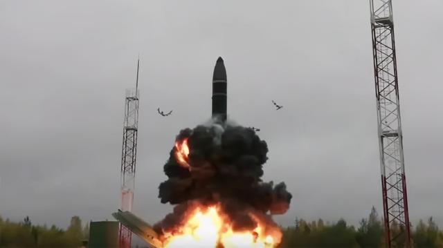 好戲開場了!突然傳來三個壞消息,普京一怒之下連射四枚洲際導彈