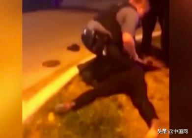 又有美国警察暴力跪压黑人,这次对象是怀胎9月孕妇 …现场曝光【www.smxdc.net】
