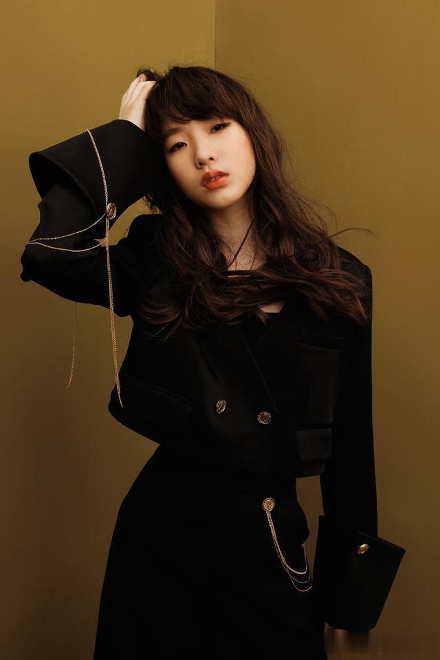 小S带仨女儿拍杂志,一身LV穿出秋衣感,四个鼻子如同复制粘贴-第5张