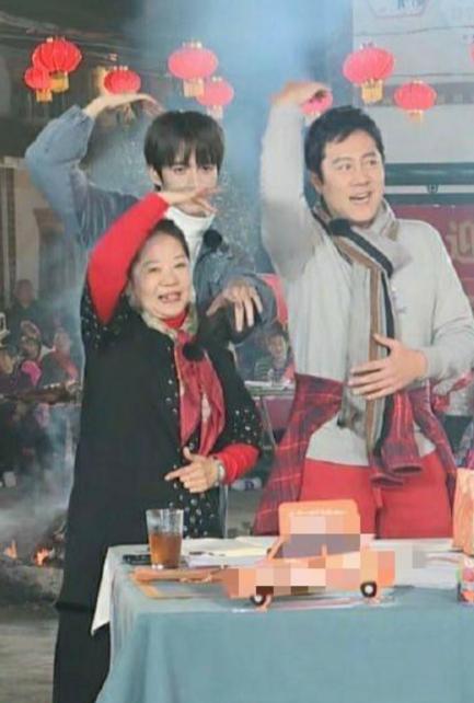 蔡國慶罕曬全家福,與10歲兒子宛若複製!妻子地位低生娃才翻身