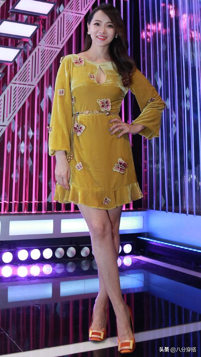 Yi Nengjing Being A Demon Again The Yellow Velvet Dress Is Noble And Elegant And The Chest Knocked Out Is Too Eye Catching Daydaynews