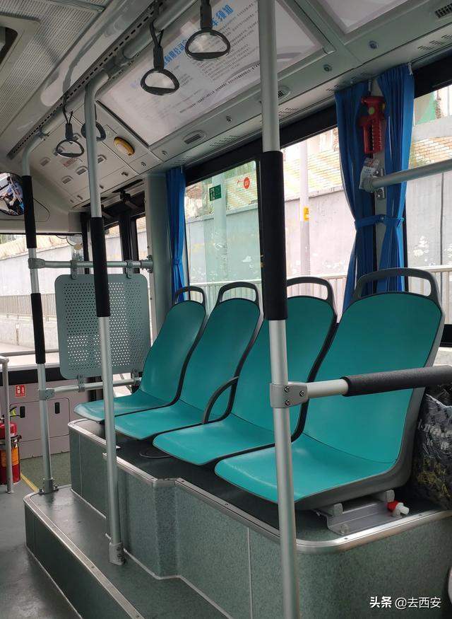 据说这是西安身价最高的公交车,连座位都是优雅的蒂芙尼蓝,大家坐过吗?从北郊大兴新区通往曲江新区的21路公交车,有一部分车型是身价不菲的比亚迪纯电动汽车K9,其他普通的公交车造价也就在五六十万,而这样的