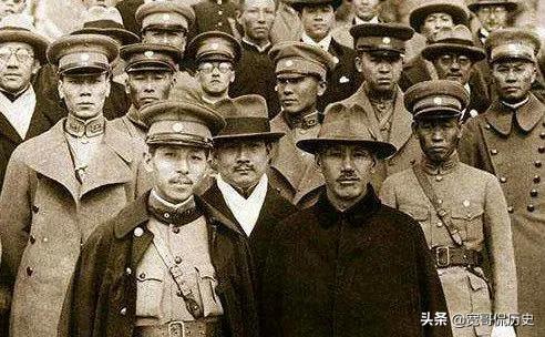 蒋介石为他建球场、泳池,还找了一个团保护他只是让他好好生活 在中国近代史上有这么一个神奇的一个人物,原本可以是成为一代诸侯,却在他手里变成了一个很受争议的人物。很显然,这副牌被他打的很烂。对,他就是张