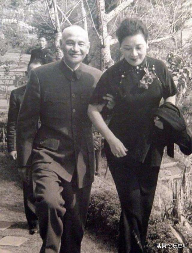 1937年8月22日,宋美龄去前线慰问抗战官兵。车队到了苏州郊外的时候,发生了意外,忽然遭遇日军飞机扫射,和精准炮击。宋美龄很紧张地坐在车里,虽然害怕,可为了维护高贵尊严的国母形象,不能抱头躺倒。