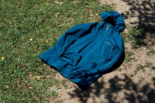 该买一款什么样的冲锋衣?入手英国品牌Rab防水冲锋衣外套开箱