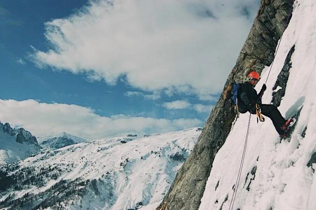 别小看任何一座山,资深驴友告诉你登山要带哪些保命工具
