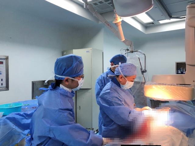 六旬老人命悬一线 8 年前的手术粘合剂竟游到了肺动脉里