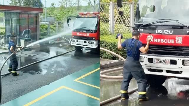 """新手消防员分管供水车开心到飞起 网友:好可爱的""""蓝孩子""""!"""