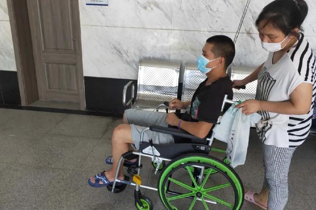改善医疗服务质量  岳池县人民医院门诊推出共享轮椅服务