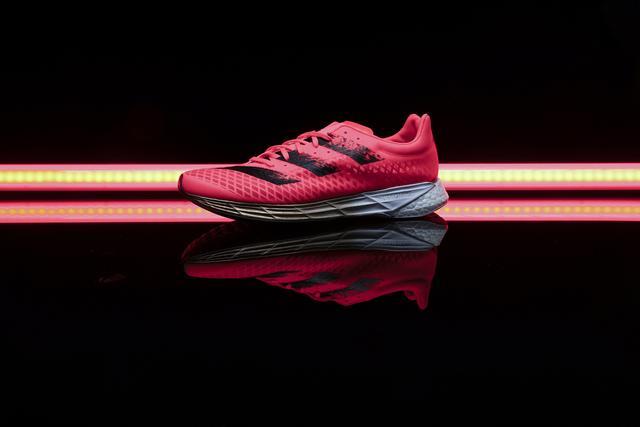 阿迪达斯adidas首款碳纤跑鞋上市,全新的竞速跑鞋