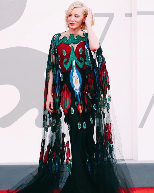 重穿也时髦,51岁的大魔王在威尼斯电影节上的造型也太可了吧!