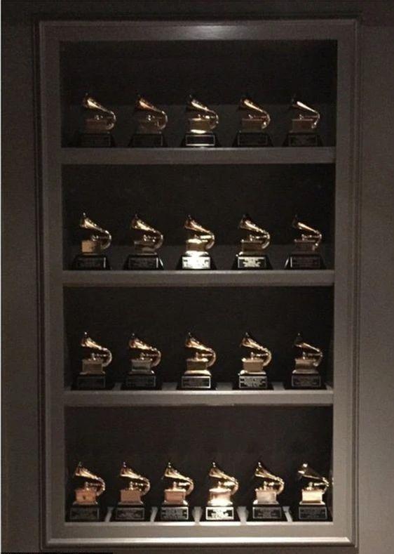 尿滋格莱美奖杯、怒喷彪马垃圾,Kanye是又犯病了?
