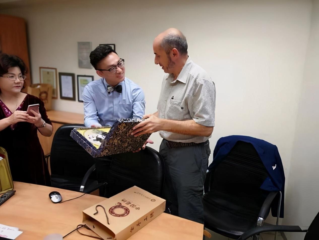 我院专家代表徐磊院长享南部卫生局局长展示具有中国特色文化的礼物蜀绣