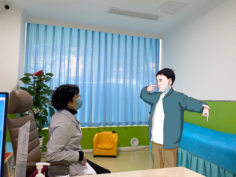 吴亚平医生会孩子进行体格检查