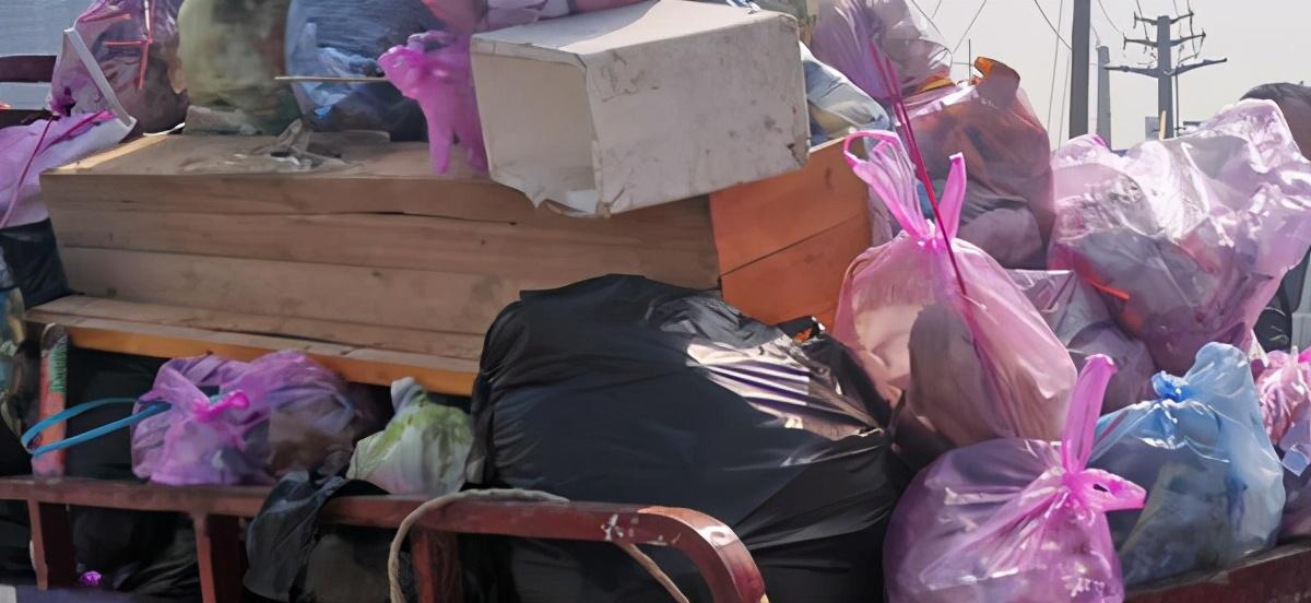 这儿,有一大堆垃圾……