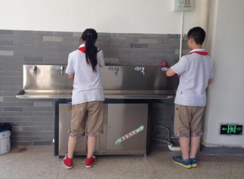 2000多个日子的爱心坚守:为民工子弟学校孩子们饮水健康站岗护航