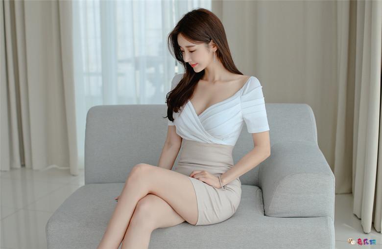 孙允珠丨白杏荔枝交叉斜束粉梦包臀裙