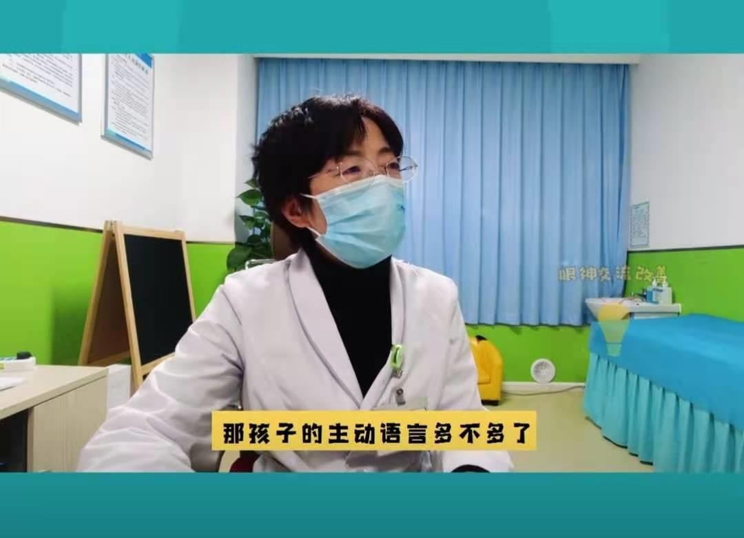 吴亚平医生询问孩子情况