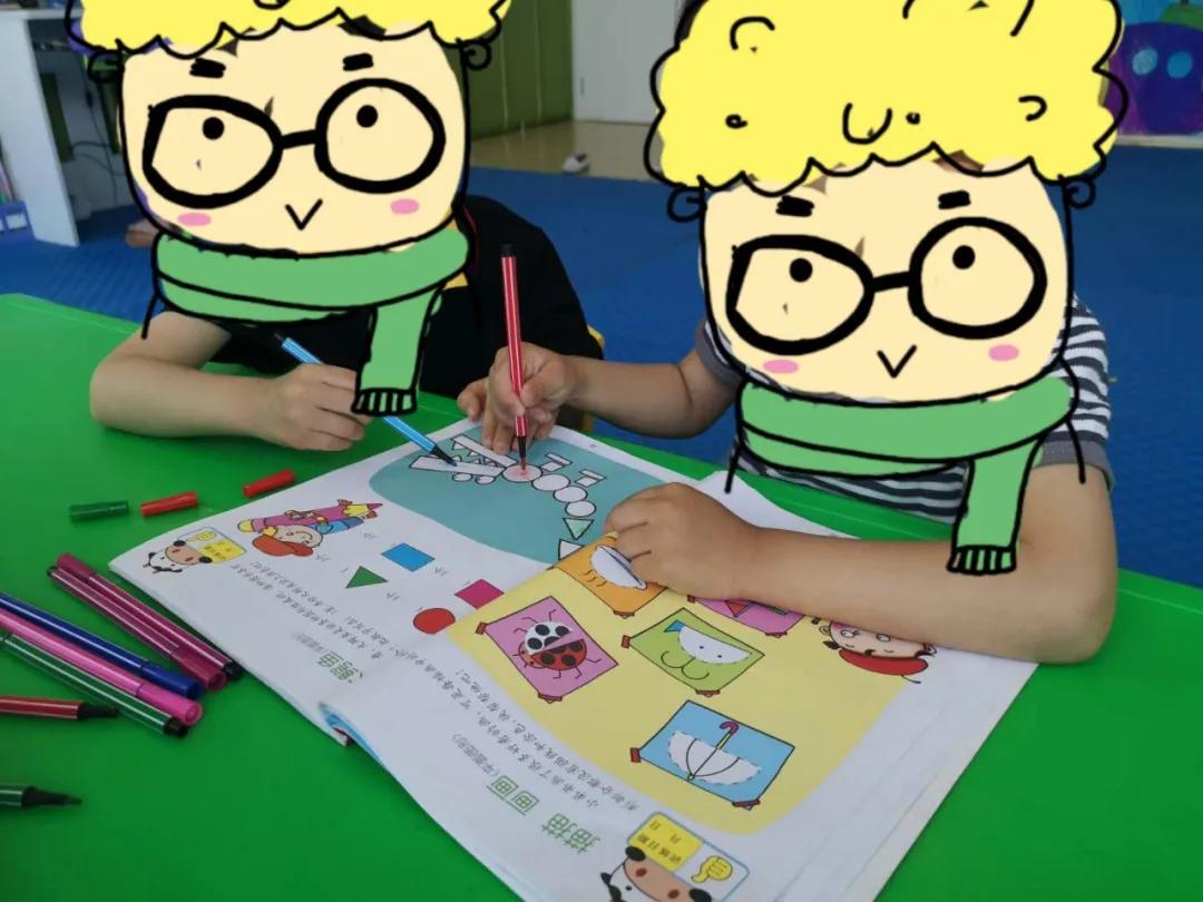 我院正优学堂帮助ASD孩子练习社交技能:合作涂色